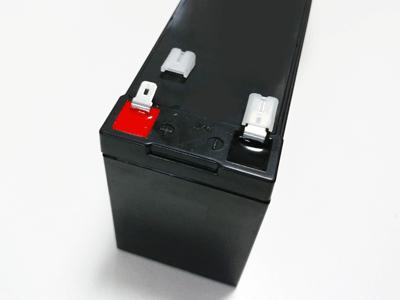 互換バッテリー 端子カバーを外したところ